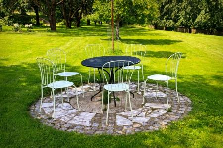 花园桌和椅子在绿色草坪