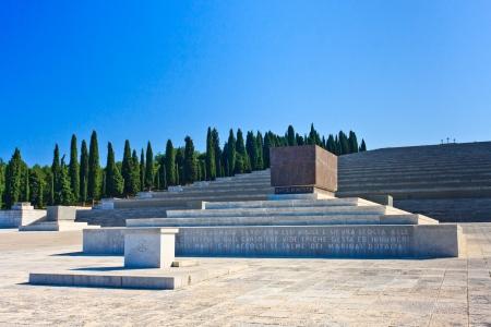 memorial cross: Italiano la Primera Guerra Mundial y el cementerio memorial de Redipuglia, Italia