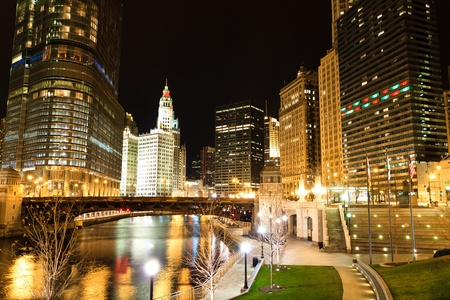 夜のシカゴ川沿いの風光明媚なビュー