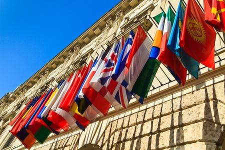quartier g�n�ral: Vienne, Autriche - set internationale des drapeaux sur Palais Hofburg (OSCE si�ge) �ditoriale