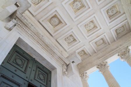 templo romano: Templo romano Maison Carrée en la ciudad de Nimes, en el sur de Francia Foto de archivo