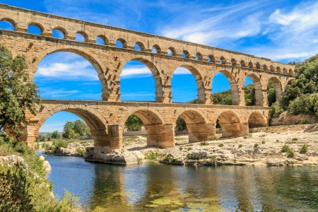 romano: Pont du Gard es un antiguo acueducto romano cerca de Nimes, en el sur de Francia