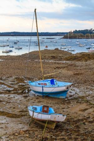 ebb: Żaglówki na ebb pobliżu St Malo w Bretanii, Francja
