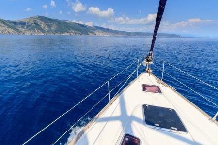 Boeg van zeilboot / jacht met blauwe zee