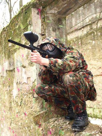 body paint: Jugador de paintball militar en acci�n    Foto de archivo