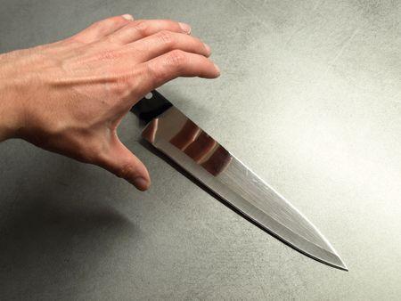 venganza: Un cuchillo afilado de mano Grabing.