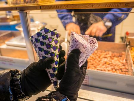 Nuss süßer gerösteter Erdnussverpackungsstraßenlebensmittel im marienplatz Platz München, Deutschland