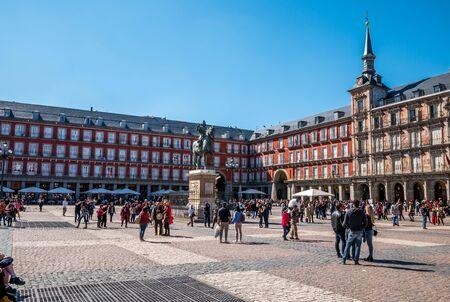 MADRID, ESPAGNE - 12 ARRIL 2019 : statue de Felipe III et Casa de la Panaderia sur la Plaza Mayor à Madrid - une place centrale de la ville. La statue en bronze du roi Philippe III au milieu, créée en 1616. Éditoriale