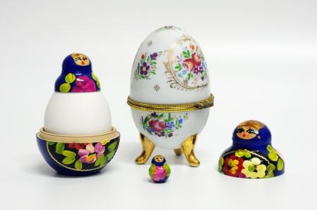 matryoshkas: fotos para la Pascua, sobre un fondo blanco.