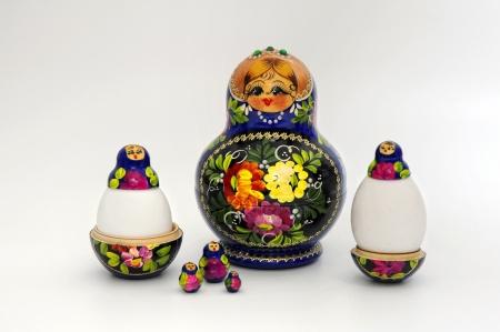 matryoshkas: photoshoot para la Pascua, en un fondo blanco. Foto de archivo