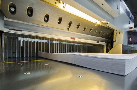 商業印刷産業工業用ナイフ カッターで使用されるタッチ スクリーンと現代ペーパー ギロチンの低いビュー 写真素材