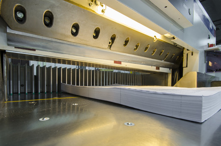 imprenta: Vista inferior de una guillotina de papel moderno, con pantalla t�ctil se utiliza en la industria comercial de la impresi�n industrial cuchillo cortador