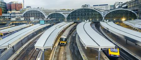기차는 런던, 영국, 파노라마 패딩턴 기차역 잎