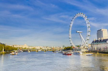 Londen ochtend met London Eye Millennium Wheel en veerboten