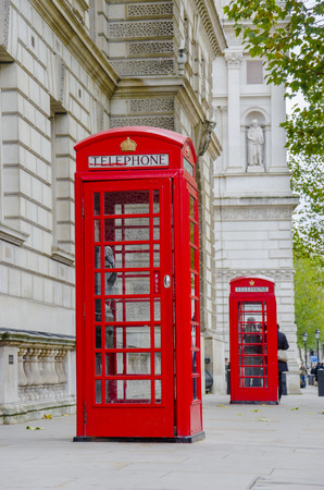 cabina telefonica: Las dos cabinas telef�nicas rojas en la Plaza de Westminster en Londres, Reino Unido Foto de archivo
