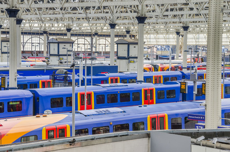 trains at waterloo station, london, uk Редакционное