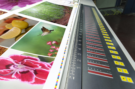 테이블에 오프셋 기계를 눌러 인쇄 작업, 분수 키 제어부