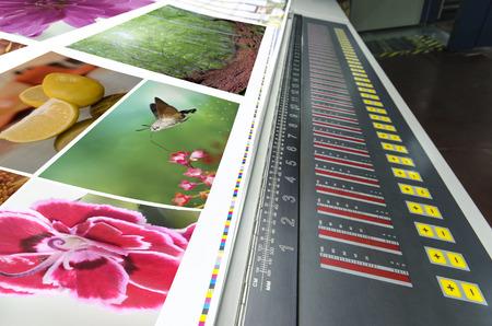 impresion: m�quina offset prensa escrita correr a la mesa, unidad de control de la llave del distribuidor Foto de archivo