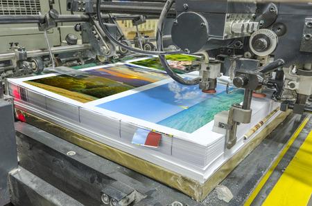 imprenta: máquina offset de prensa tirada en la mesa, sábanas unidad de alimentación de papel. Impresión de carteles Foto de archivo