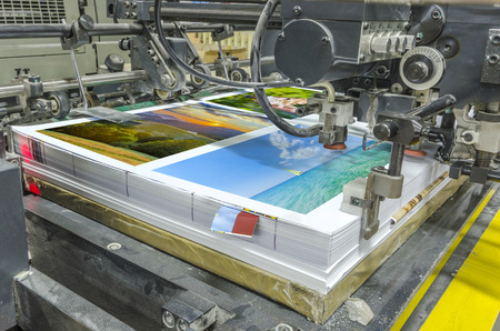 imprenta: m�quina offset de prensa tirada en la mesa, s�banas unidad de alimentaci�n de papel. Impresi�n de carteles Foto de archivo