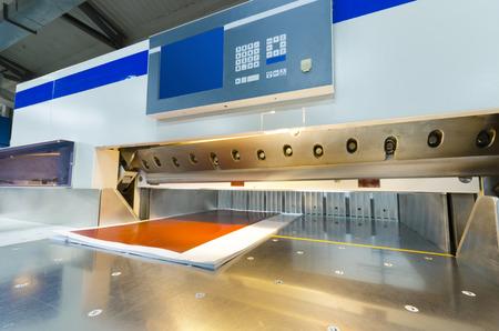 상업 인쇄 산업 산업용 나이프 커터에 사용되는 터치 스크린 현대 종이 단두대의 전면 뷰 스톡 콘텐츠