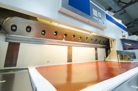 상업 인쇄 산업 산업용 나이프 커터에 사용되는 터치 스크린 현대 종이 단두대의 측면보기