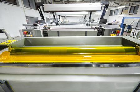 노란색 잉크로 프레스 기계 롤러 오프셋 인쇄 스톡 콘텐츠