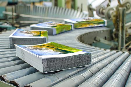manipular: Departamento de impresión (imprenta) - línea de acabamiento. Nota de prensa línea de llegada de la máquina: corte, recorte, libro en rústica y vinculante Foto de archivo
