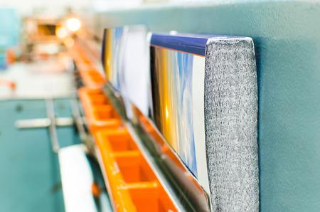 Boek, tijdschrift, catalogus productielijn in druk fabriek huis. Bindend deksel en het monteren van de spline. Stockfoto
