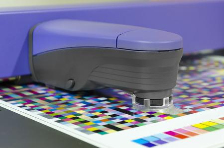 prepress: espectrofot�metro measurment de parches de color en el arco de prueba, en el departamento de preimpresi�n planta de impresi�n Foto de archivo