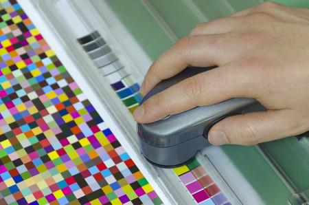Spectrophotomètre de vérifier la couleur valeur de correctifs sur Arc test, appuyez sur la boutique service prépresse Banque d'images - 27550678