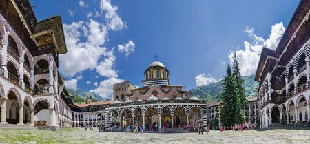 RILA, 불가리아 - 6 월경 미확인 관광객은 유네스코 Wordl 문화 유산 및 Rila 수도원 일명 수도원의 Rila의 Saint Ivan, 2014 년 6 월 경 불가리아 Rila에서 경유지를