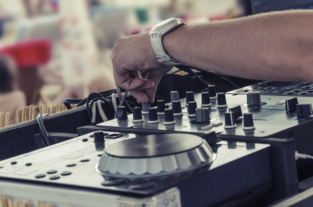 ビーチ バー、ビーチ パーティーと dj mixette とフォーカスの装置の典型的な夏のシーン