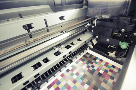 大判インク ジェット プリンター印刷色 managament 上のターゲット ロール紙 写真素材