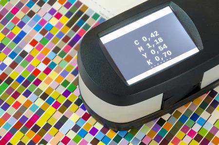 control de calidad: Imprimir Espectrofot�metro de medici�n del color. Presione compensado valores CMYK gesti�n de color.