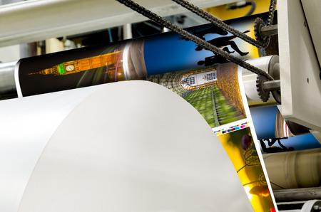 Un grande webset stampa offset l'esecuzione di un lungo rotolo di carta largo sui suoi rulli ad alta velocità. Archivio Fotografico - 34119057