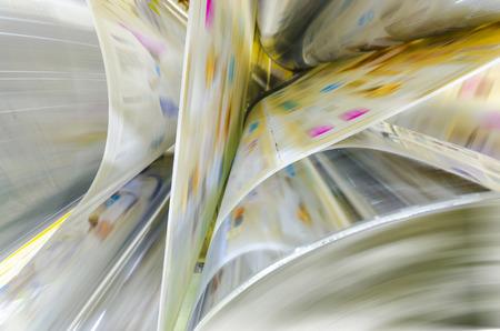 Un grande webset stampa offset l'esecuzione di un lungo rotolo di carta largo sui suoi rulli ad alta velocità. Archivio Fotografico - 34119066