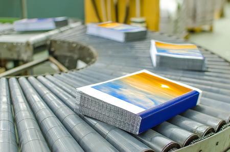 lopende band: Boek, tijdschrift, productielijn in druk fabriek huis. Automatische assemblage lijn.