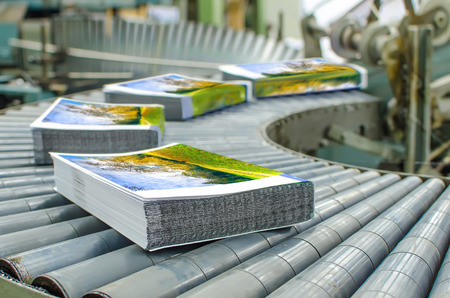 estampado: Imprenta (imprenta) - La línea de acabado. Publicar máquina línea de prensas de acabado: corte, recorte, libro en rústica y vinculante