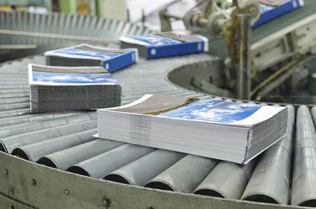 Close-up van de offset overbrengen proces van een full-automatische perfect gebonden stiksels unit. Stockfoto - 34119109