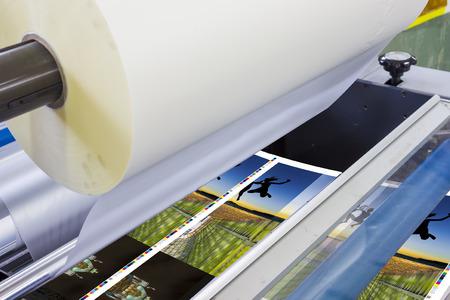 imprenta: m�quina offset prensa tirada en la mesa, unidad de alimentaci�n de papel con alimentaci�n de hojas. Cartel laminador Foto de archivo