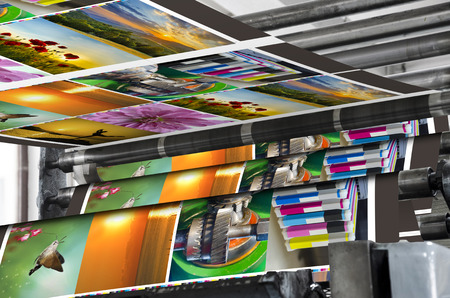 imprenta: Revista compensado línea de producción de impresión. Gran impresión offset prensa correr un largo rollo de papel sobre sus rodillos a alta velocidad.