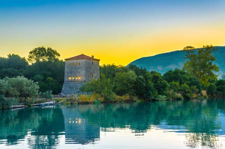 templo griego: La torre veneciana de Butrint, Sitio Arqueol�gico y el Parque Nacional al amanecer, Albania.