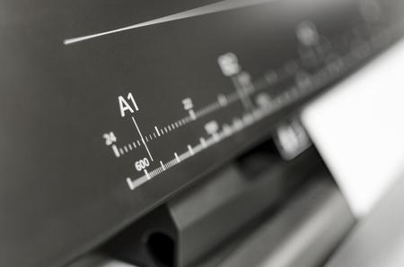 대형 프린터 형식의 잉크젯 작업. 잉크젯 플로터 인식 할 수없는 문서를 인쇄합니다. A1 거대한 형식 치수를 보여주는 Ruller에 중점을 둡니다.