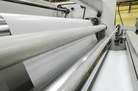 Maszyna drukująca, rolka papieru szybko przesuwa się między rolkami