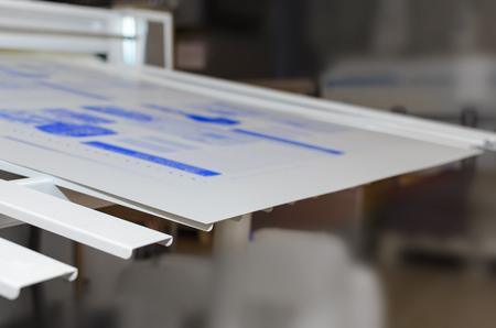 印刷工場のプレート部にコンピューター。CTP は印刷プロセスで使用されるイメージング技術です。