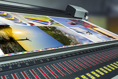 Impressão offset da impressora na mesa, unidade de controle da fonte com correção de medição do colorímetro Foto de archivo
