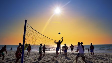 Schattenbilder von den jungen Männern, die Volleyball auf Varkala-Strand bei Sonnenuntergang, Durres, Albanien, ZEITLUPE spielen Standard-Bild - 91772198