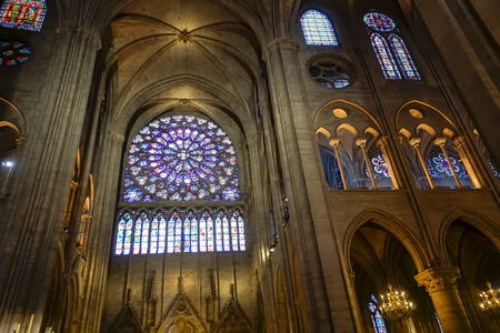 Paryż - Wnętrze i rozeta w katedrze Notre-Dame