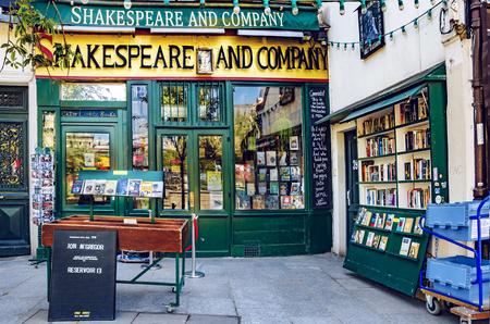 París, Francia - 08 de mayo de 2017: Librería y biblioteca de Shakespeare and Company en la orilla del río Sena en París, inaugurada por primera vez por Sylvia Beach el 19 de noviembre de 1919